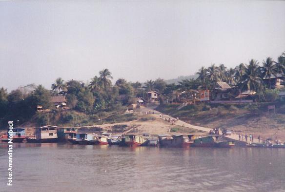 Ancoradouro no Rio Mekhong - Foto: Amandina Morbeck.