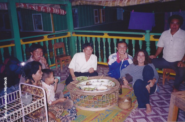 Jantar com o barqueiro, sua família e seus amigos e Marie bem à vontade - Foto: Amandina Morbeck.
