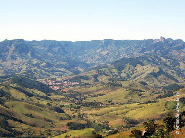 Vista de São Bento do Sapucaí com vale do Serrano - Foto: Amandina Morbeck.