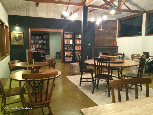 O salão maior fica no piso superior; ao fundo, a livraria.