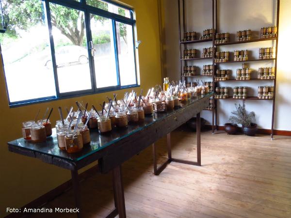Mesa com produtos para degustação - A Senhora das Especiarias - Foto: Amandina Morbeck.