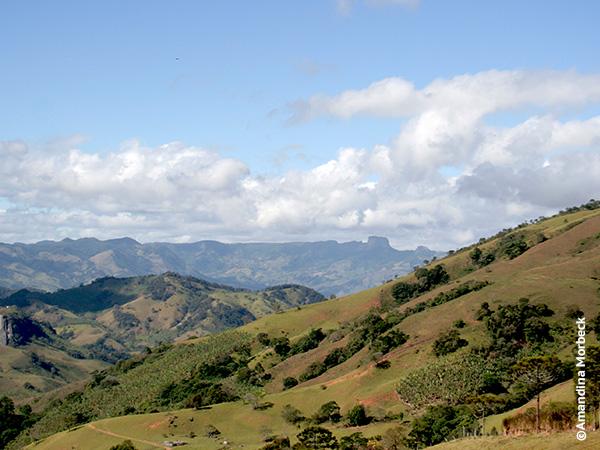 Quem chega pelo asfalto, tem essa vista na chegada em Gonçalves, a pérola da Mantiqueira no sul de Minas Gerais - Foto: Amandina Morbeck.
