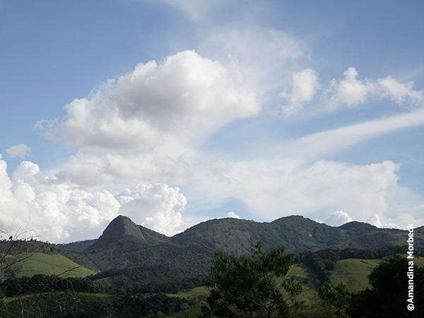 Pedra do Forno, com cume a 1.790 m de altitude em Gonçalves, a pérola da Mantiqueira no sul de Minas Gerais - Foto: Amandina Morbeck.