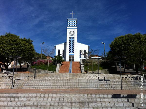 No centro da cidade, a tradicional praça com igreja - Foto: Amandina Morbeck.