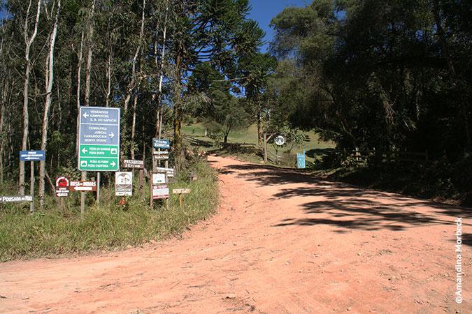 Placas de sinalização em Gonçalves, Minas Gerais - Foto: Amandina Morbeck.