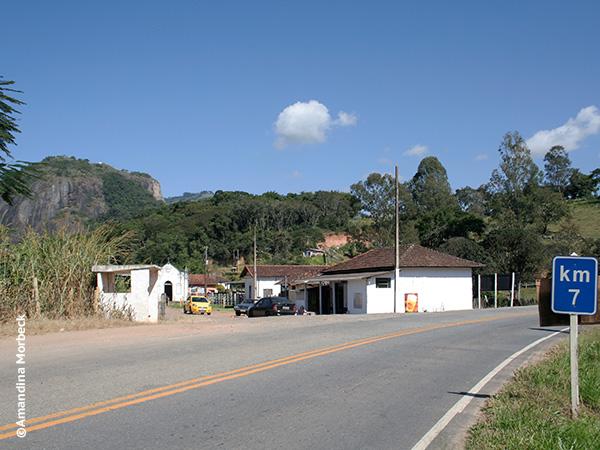 O Bar do Zezé fica no km 7 da rodovia; ao fundo, a Pedra do Cruzeiro - Foto: Amandina Morbeck.