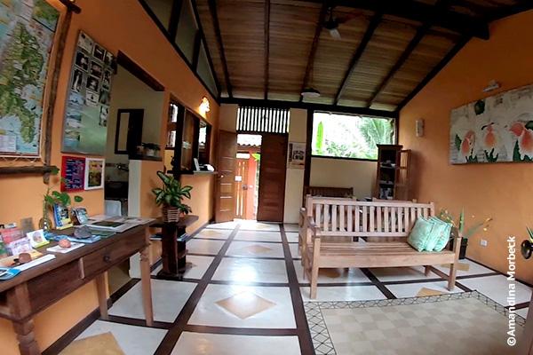 Recepção e sala de estar da Pousada Ecoilha em Ilhabela, São Paulo - Foto: Amandina Morbeck.