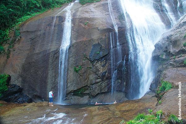 Cachoeira do Gato, com 80 m de queda; a trilha começa na Praia de Castelhanos - Foto: Amandina Morbeck.