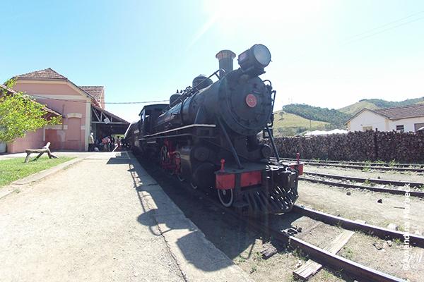 Locomotiva 332, na estação de Passa Quatro, sendo preparada para passeio no Trem da Serra da Mantiqueira - Foto: Amandina Morbeck.