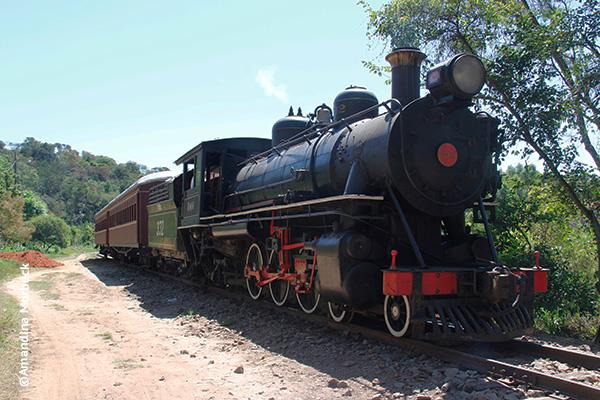A locomotiva 332 e os dois vagões no percurso até a estação Coronel Fulgêncio durante o passeio no Trem da Serra da Mantiqueira - Foto: Amandina Morbeck. .