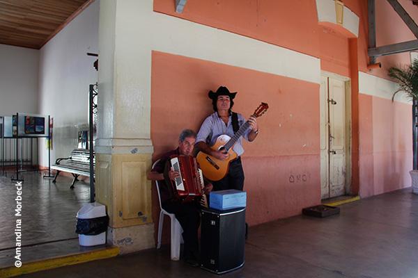 Música sertaneja ao vivo na estação em Passa Quatro - Foto: Amandina Morbeck.