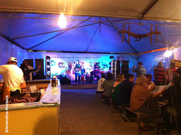 Apresentação de cantores de MPB e também de músicas sertanejas e regionais durante o III Festival de Gastronomia e Cultura da Roça de Gonçalves, MG - Foto: Amandina Morbeck..