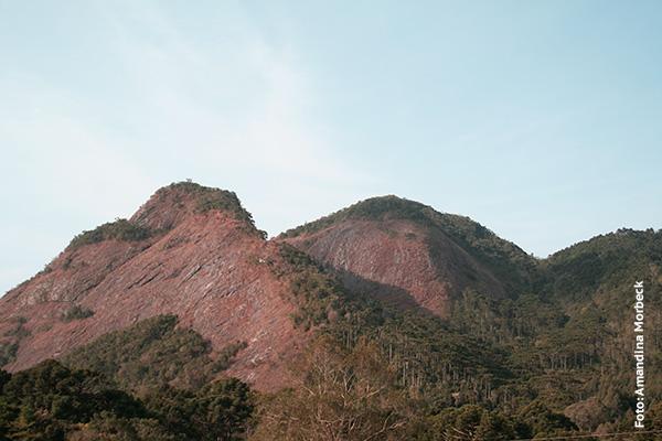 Pedra do Barnabé vista da estrada que liga Gonçalves ao Bairro Campestre - Foto: Amandina Morbeck.