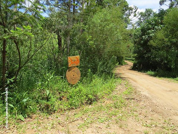 Placa que indica a entrada para a Floresta Barnabé - Foto: Amandina Morbeck.