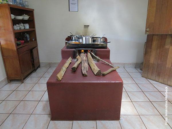 No fogão a lenha ficam os pratos quentes - Restaurante da Vilma em Gonçalves, Minas Gerais - Foto: Amandina Morbeck.
