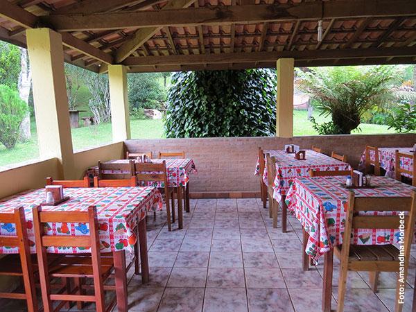 Salão que fica na parte de trás do Restaurante da Vilma em Gonçalves, Minas Gerais - Foto: Amandina Morbeck.