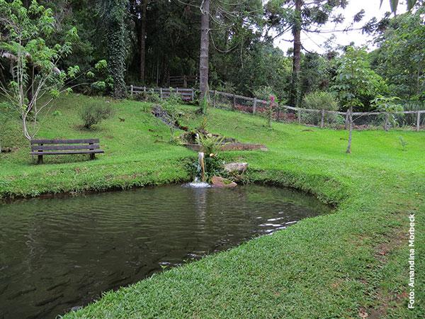 Um dos lagos com trutas no quintal do Restaurante da Vilma em Gonçalves, Minas Gerais - Foto: Amandina Morbeck.
