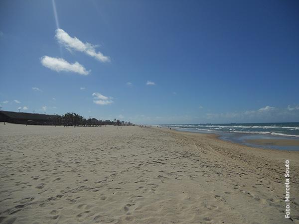 Praia do Futuro, com sua larga faixa de areia e mar azul - Foto: Marcela Souto/Viajando com Aman..