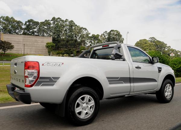 Faixas laterais e adesivo tornam essa versão da Ranger bem esportiva - Foto: Divulgação.