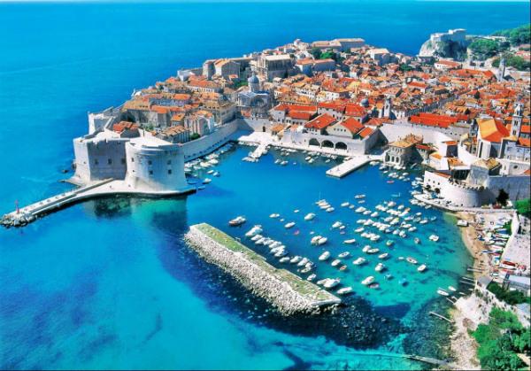 Dubrovnik (King's Landing) e a baía no Mar Adriático (Baía da Água Negra) com o píer, a fortaleza e as casas à beira-mar - Game of Thrones - Foto: Reprodução/Free Walking Tour.