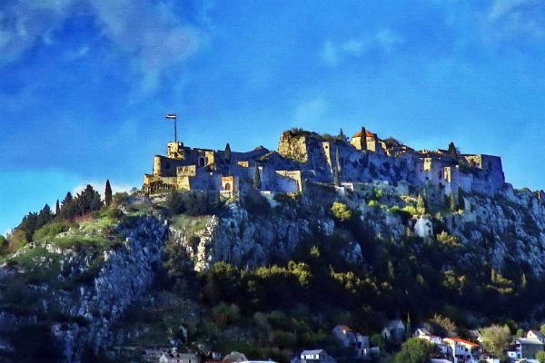 """Fortaleza Klis ou Klis Fortress em Split, por onde """"Daenarys"""" andou - Game of Thrones - Foto: Reprodução/Wikipedia."""