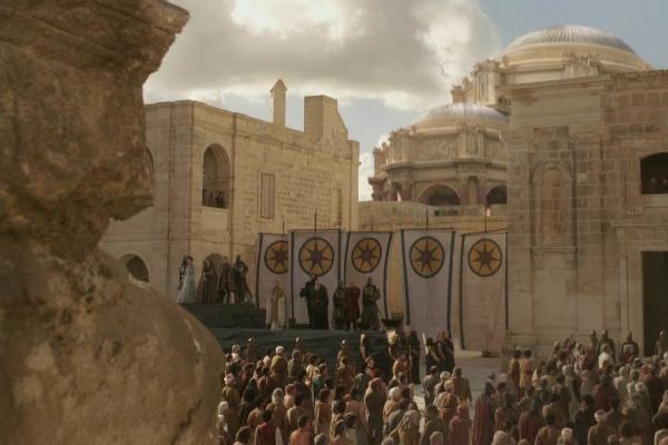 Eddard Stark foi executado em frente à multidão - com as filhas presentes - Game of Thrones - Foto: Reprodução/Radio Times.