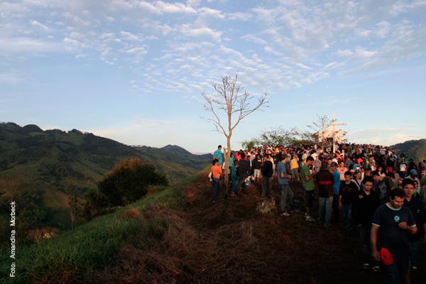 A chegada ao topo da pedra coincide com o nascer do sol.