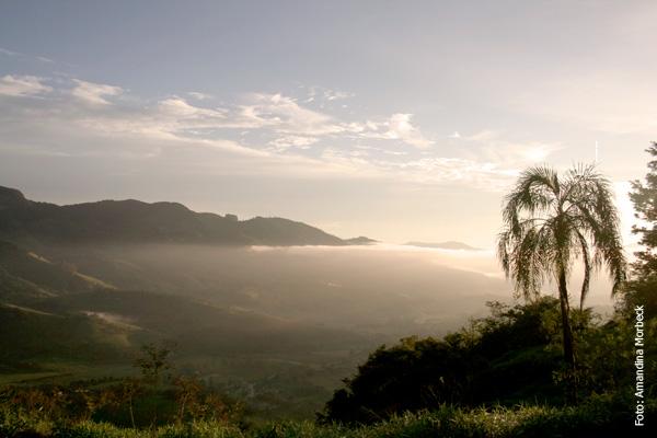 Vista para o Vale do Lambari ao nascer do sol - Foto: Amandina Morbeck.