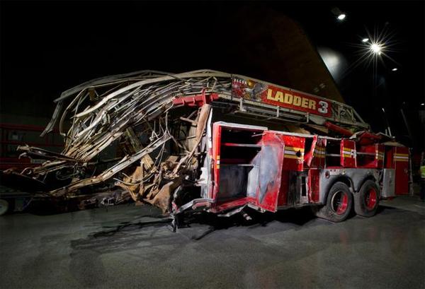 Exposto, um caminhão do corpo de bombeiros de New York com a cabine destruída por destroços - Foto: Jin Lee-9/11 Memorial Museum.