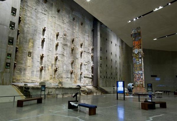 Á direita, a última coluna retirada do que restou do WTC. Ela pesa 58 toneladas e tem 11 metros de altura. Coladas nela estão fotos e assinaturas de quem trabalhou no resgate, de voluntários e de familiares das vítimas - Foto: Jin Lee-9/11 Memorial Museum.