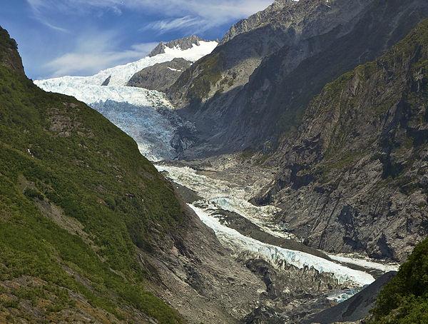 Franz Josef Glacier, Nova Zelândia - Glaciar de 12 km de extensão situado no Parque Nacional Westland. Desce dos Alpes do Sul, passa por florestas e chega a apenas 240 metros acima do nível do mar. Seu nome foi uma homenagem do explorador alemão Julius Von Haast, em 1865, ao imperador austríaco Franz Josef - Foto: Wikimedia/Jorg Hempel.