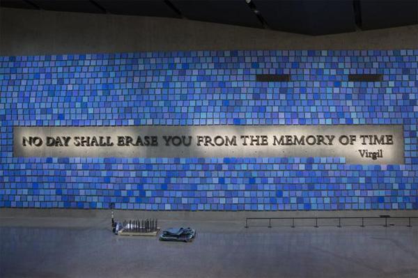 """""""Nenhum dia te apagará da memória do tempo"""", Virgilio. Atrás dessa parede, fica o cômodo onde estão guardados os restos mortais não identificados de vítimas do atentado - Foto: Jin Lee-9/11 Memorial Museum."""