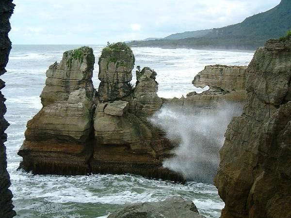 Punakaiki é uma pequena comunidade na costa oeste da Ilha Sul da Nova Zelândia e um de seus atrativo são as Pancake Rocks, formação rochosa peculiar, como panquecas empilhadas e cheia de orifícios que, com maré alta, provocam pequenas explosões verticais. Caminhadas, praias, canoagem e escaladas são algumas atividades que podem ser feitas por lá - Foto: Wikimedia/Rob Young.