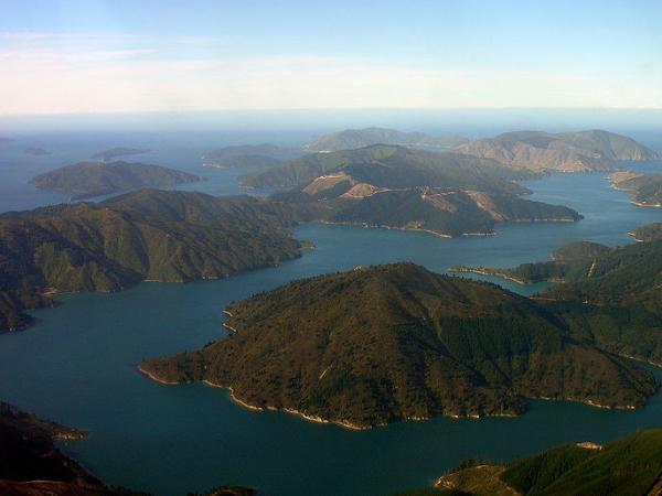 Queen Charlotte Sound, Nova Zelândia, estende-se por 71 km, que podem ser feitos numa caminhada de 4 dias ou numa combinação de passeios de barco e caminhadas mais curtas - Foto: Wikimedia/Phillip C.