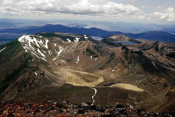 Criado em 1887, foi o primeiro parque nacional da Nova Zelândia. Nele, o visitante tem a oportunidade de curtir diferentes tipos de vegetação, lagos com água cor de esmeralda e até vulcões - Foto: Wikimedia/Mirko Thiessen.