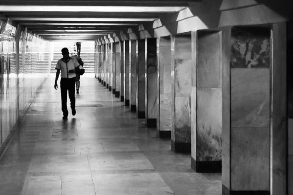 Passarela subterrânea e entrada de uma estação em Tashkent - Foto: Bernardo Bessa.