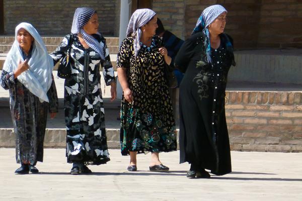 Logo, percebi um pequeno choque de gerações: os mais velhos ainda usam roupas tradicionais, enquanto os jovens vestem-se como os ocidentais, com calça jeans, camisetas, tênis - Uzbequistão - Foto: Samyra Serra.