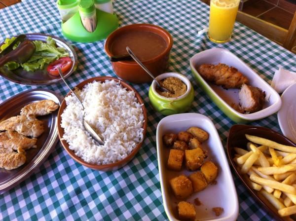 Almoço caseiro e delicioso servido no Restaurante Ao Pé da Pedra.