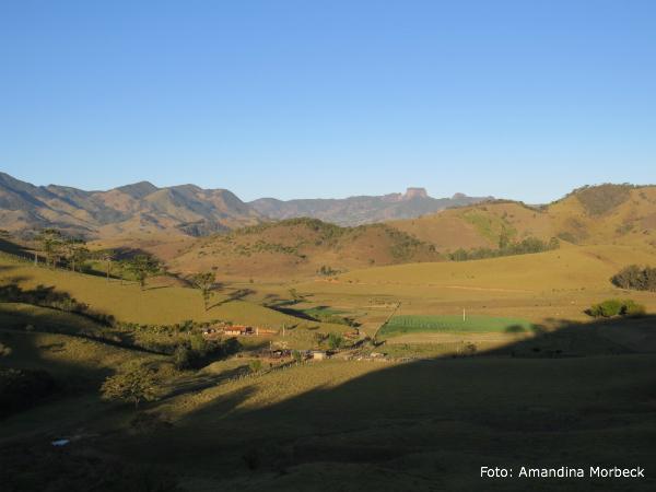 Esse vale perto do Bairro Córrego da Foice é muito lindo. Ao longe, estão as pedras do Baú, Bauzinho e Ana Chata, no município de São Bento do Sapucaí (SP).