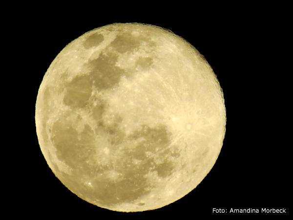Nada interfere na luz da lua cheia em noites de céu limpo.
