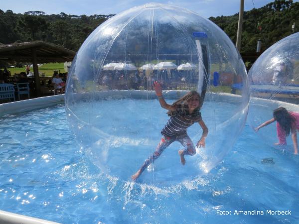 Gianna tentando se equilibrar na waterball. Impossível! :)