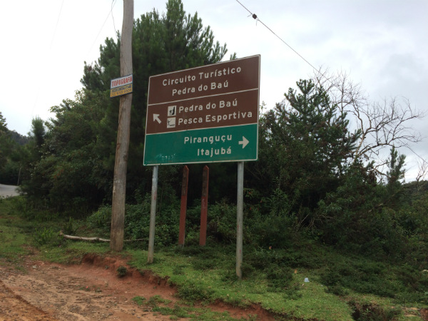 Essa placa indica a direção para o Restaurante Entre Vilas. A partir desse ponto são 5 km em estrada de terra - Foto: Janaina Vieira.