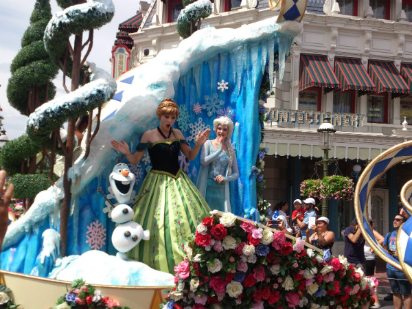 Desfile de personagens no Magic Kingdom - Foto: Rodrigo Duzzi.