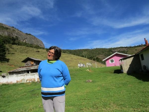 Dona Luziana, a proprietária da terra onde a pedra está localizada - Foto: Amandina Morbeck.