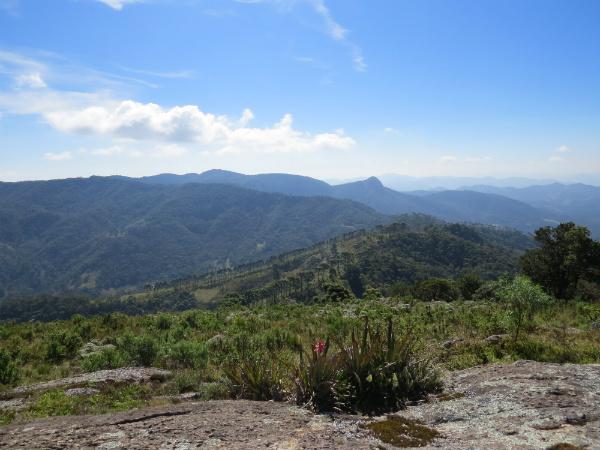 Paisagem vista do topo, com a Pedra do Forno ao longe - Foto: Amandina Morbeck.
