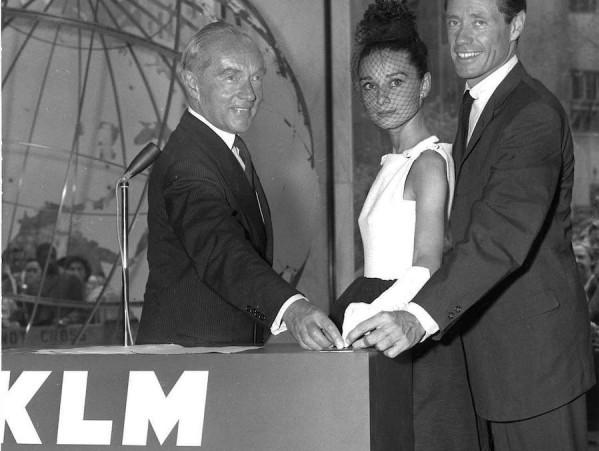 Em 1959, Audrey Hepburn marca presença na inauguração da loja da KLM na Quinta Avenida em Manhattan - Foto: Divulgação.