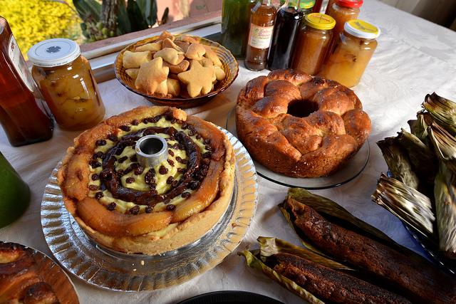 Torta de banana e outros quitutes feitos pela Dona Nair, quituteira que estará no 5 Festival de Gastronomia e Cultura da Roça de Gonçalves (MG) - Foto: Roberto Torrubia.